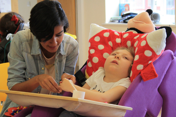 Rakhee took part in arts activities with all the children, including Mia Blakey-Tew, who receives care at Rainbows.